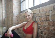 Kobieta po ćwiczeniach na ujędrnienie biustu